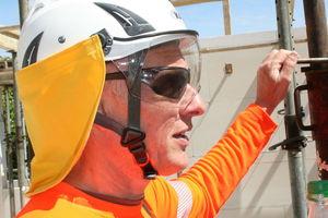 So ist es richtig: Vor schädlicher UV-Strahlung schützen ein Helm mit Nackenschutz sowie eine Sonnenbrille.