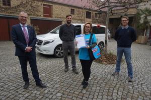 Samira Abdoli Kolory startete in einem Bauunternehmen in Niedergörsdorf (Brandenburg) als Azubi voll durch. Mit auf dem Foto sind Tilo Jänsch, Geschäftsführer der Handwerkskammer Potsdam, Maik Liesigk und Matthias Handke von der Langenlipsdorfer Fläming Bau GmbH (v.l.n.r.).