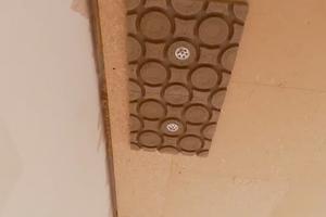 Einfache Montage: Im ersten Schritt werden die Hochleistungs-Lehmmodule in der Mitte an die Decke geschraubt. Sie können in hohem Maße Feuchtigkeit speichern und wieder abgeben