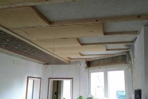 Da sich die Decke direkt unter dem Flachdach befindet, wurde eine Holzfaserinnendämmung angebracht