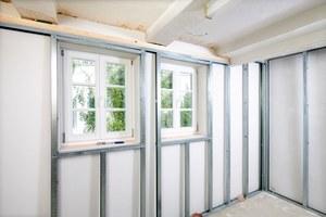 Um die Sanitärplanung technisch umsetzen zu können, wurde vor die innen gedämmte Außenwand eine Vorsatzschale als Installationswand gesetzt