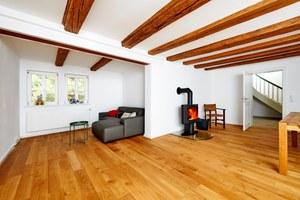 Die zahlreichen Fenster, der helle Bodenbelag und die weißen Wände erzeugen eine helle und freundliche Atmosphäre