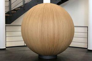 Nach Abschluss der Arbeiten steht die Holzkugel seit vergangenem Jahr im Empfangsbereich der Brückner Group GmbH in Siegsdorf