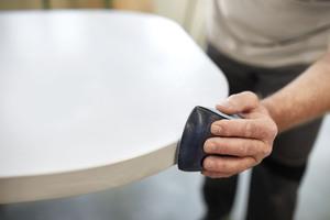 Das Schleifen von Hand ist flexibel, dauert aber wesentlich länger, als mit der Maschine