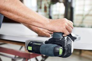 Mit dem neuen Kantenschleifer von Festool kann man ebenso flexibel wie von Hand, aber deutlich schneller schleifen