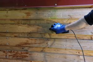 Die Holzoberfläche wird zuerst abgeschliffen