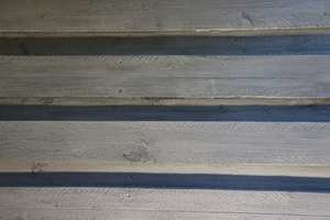 Hintergrundfoto: Die Holzschalung hat eine neue schützende Beschichtung erhalten und wurde dabei optisch aufgewertet