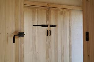 Selbstverständlich lässt sich das Holz des Blauglockenbaums im Innenausbau auch für Türen verwenden