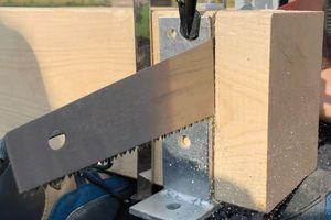 Auch der Zuschnitt eines Paulownia-Balkens geht auf der Baustelle mit dem Fuchsschwanz flott von der Hand