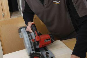 So besser nicht: Zuschnitt einer 18 mm dicken Paulownia-Leimholzplatte mit der Tauchsäge. Hier verwendet man in der Werkstatt doch besser die Formatsäge
