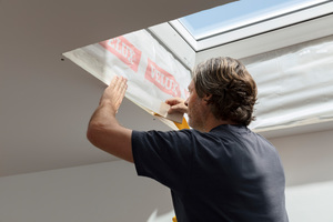 Mit der Dampfsperrschürze wird das Flachdachfenster an die Luftdichtheitsschicht angeschlossen