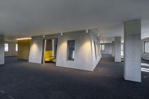 Die konisch zulaufende Form des Atriums prägt auch die Innenräume