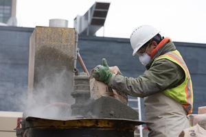 Staub und Lärm auf der Baustelle: Atemmaske, Sicht- und Gehörschutz sowie Helm sind ein Muss