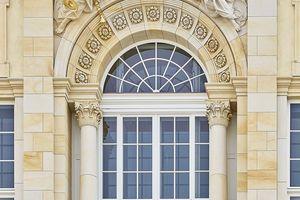 Die Außenansicht der weißen Fenster sollte originalgetreu der letzten bekannten Optik aus der Mitte des 19. Jahrhunderts entsprechen