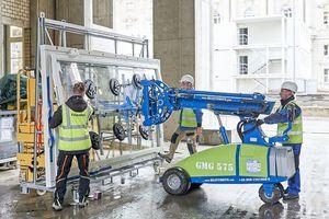 Das Glasmontagegerät GMG 575 mit einem extra konzipierten Saugrahmen kann Lasten von bis zu 575 kg tragen