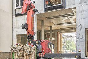 Mit einem Minikran bringt Heavydrive die Fenster in einer Höhe von bis zu 7m in Position
