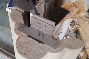 Wenig Untergrund stand am Stahlbetonrohbau zur Verfügung, um die rund 250 kg schweren Lisenen an der Metallunterkonstruktion zu befestigen