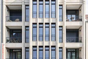 Um der symmetrischen Straßenfassade Plastizität zu verleihen, betont ein vierachsiger Erker vom ersten bis zum dritten Obergeschoss die Mittelachse