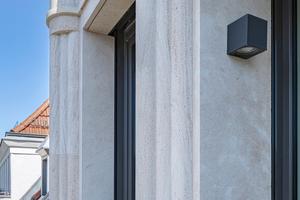 Die aus Waldenbucher Sandstein errichtete Straßenfassade besteht aus insgesamt über 800 Werkstücken und wiegt rund 50 Tonnen