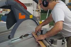 Zuschnitt eines mit 3D-Echtholzfurnier beschichteten Profils an der Formatsäge