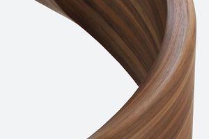 Dank der thermischen Formbarkeit der Platten lassen sich auch komplexe Geometrien wie dieser Treppenkrümmling realisieren