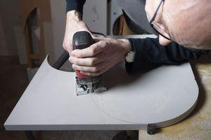 Mit der Stichsäge lässt sich selbst die 20 mm dicke 700er-Platte hervorragend schneiden