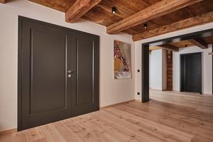 Die einmal vorhandene, zweiflügelige Tür unterstreicht das Konzept der Innentür als Gestaltungselement des Wohnraums