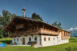 Das alte Bauernhaus in der Region rund um Kitzbühel erhielt im Zuge der Modernisierung 23 Türen