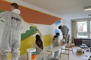 """Der Schulwettbewerb """"Betrieb trifft Schule"""" bringt ausbildende Maler- und Stuckateurbetriebe aktiv mit Jugendlichen zusammen. Gemeinsam führen sie ein Gestaltungsprojekt im Innenraum durch – die beste Gelegenheit, den Beruf praktisch und die Menschen dahinter persönlich kennenzulernen."""