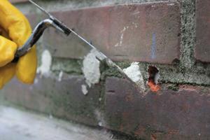 Nachdem die Abdichtungssticks eingesetzt wurden, können die Bohrlöcher verschlossen werden