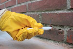 Damit die Abdichtungssticks im Mauerwerk platziert werden können, müssen zunächst Bohrlöcher gesetzt werden – in der Regel in der Lager- oder der niedrigsten Mörtelfuge