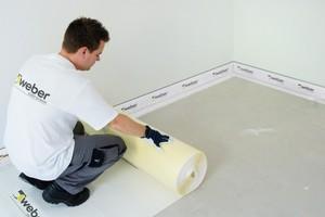 """Das """"weber.floor"""" Trittschalldämmsystem kombiniert eine extrem dünne Trittschallbahn mit schnelltrocknenden Dünnestrichen. Dadurch werden Aufbauhöhen von nur 28 mm möglich"""