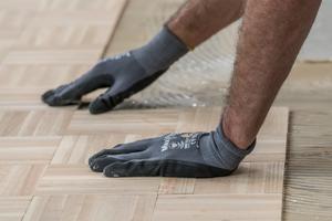 Universalklebstoffe gibt es nicht nur für elastische und textile Bodenbeläge, sondern auch für Parkettformate