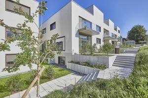 """Das Projekt """"Terra Vista"""" in Bolligen umfasst drei moderne Wohnhäuser in kubischer Architektur. Die Gebäude sind leicht versetzt hintereinander am Hang angeordnet"""