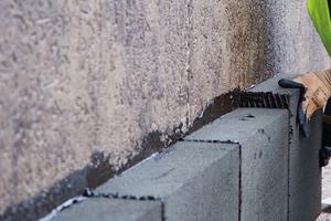 Die Dämmplatten werden vollflächig und vollfugig mit Kaltkleber auf der bituminösen Bauwerksabdichtung verlegt
