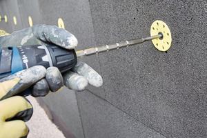 Dübel dienen der mechanischen Befestigung der Schaumglasplatten