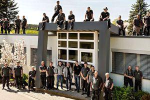 Das Gruppenfoto passt zum Unternehmen: Bei einer Dachbaufirma steigt das Team auch mal aufs Dach. Solche Motive wirken in einer Stellenanzeige locker und sympathisch