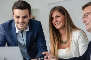 Digitalexperte Christian Keller (links) erarbeitet gemeinsam mit den Handwerksunternehmen eine passende Strategie, um die richtigen Fachkräfte zu gewinnen