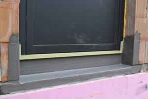 Beispiel einer Sockelabdichtung mit bodentiefem Fenster an einem EinfamilienhausFoto: PCI