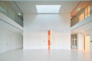 Doppelflügelige Tür an prominenter Stelle im Foyer der Bavariatek