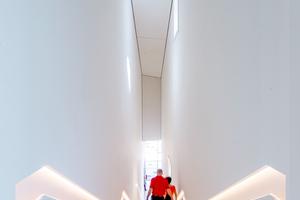 In die Foyertreppe baute das Trockenbauteam der A.S.T. eine Handlaufausbildung und durchgängige Lichtvouten zur indirekten Beleuchtung ein