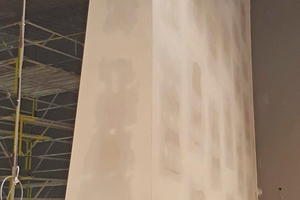 Der 600 kg schwere Landtagsteppich aus dem ehemaligen Plenarsaal des Bayerischen Landtags sollte an einer 7 m hohen, freistehenden Trockenbauwand mit einer einseitig vertikal geneigten Wandfläche hängend präsentiert werden. Den Kern der lastabtragenden Sonderkonstruktion bildet ein Aluminiumrahmengestell