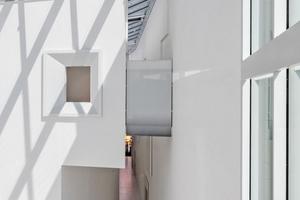 """Das Glasdach – es symbolisiert die weiß-blauen Rauten des bayerischen Staatswappens – sorgt für ein lichtdurchflutetes Atrium, in dem der Besucher stilgerecht vom """"Oktoberfestlöwen"""" begrüßt wird"""