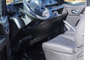 """Die Doppelsitzbank im Führerhaus des """"Goupil G6"""" sollte eher als komfortabler Sitz für nur einen Beifahrer gesehen werden – zwei Personen finden hier nicht wirklich ausreichend Platz"""