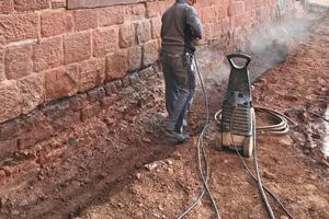 Bevor mit den Abdichtungen begonnen wird, reinigen Handwerker die Fassaden<br />