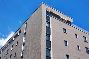 Klinkerfassaden an dem lang gestreckten Baukörper an der vielbefahrenen Rheinallee-Seite, der auch aus Lärmschutzgründen eine Lochfenster-Struktur zeigt