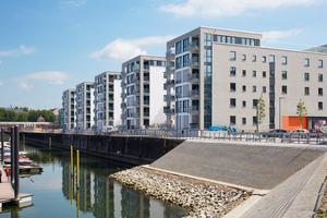 Im Quartier Rheinallee II am alten Mainzer Zollhafen wurden insgesamt 138 Wohnungen und drei Gewerbeeinheiten neu gebaut. Vorne am Hafenbecken stehen fünf moderne Punkthäuser
