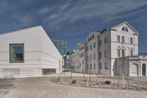 Das Erscheinungsbild des Neubaus ist zeitgemäß und tritt zugleich mit den Altbauten in einen spannungsvollen Dialog