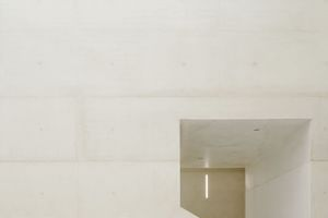Die Sichtbetonflächen der Wände und Decken im Atrium und in den Treppenanlagen führten die Handwerker mit großer Präzision und in hoher Qualität aus