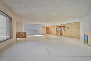 Der Museumsshop und der Zugang zum Gartenhof schließen direkt an das untere Foyer an